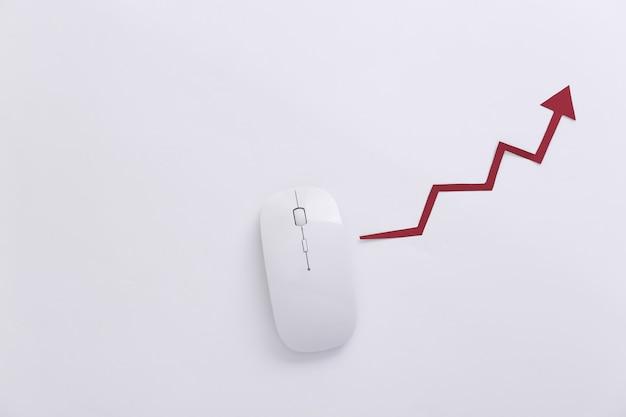 Rato branco com uma seta ascendente em fundo branco. negócios online, comércio. vista do topo. postura plana