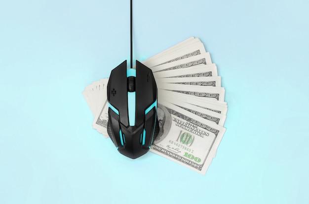 Rato de computador preto em muitas notas de cem dólares