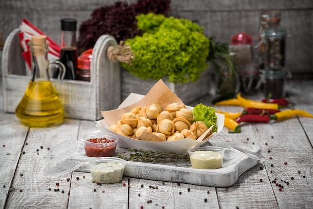 Ravioli caseiro frito com molho marinara