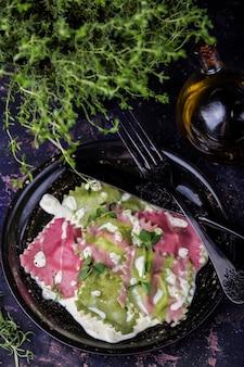 Ravioli com espinafre e beterraba em molho cremoso