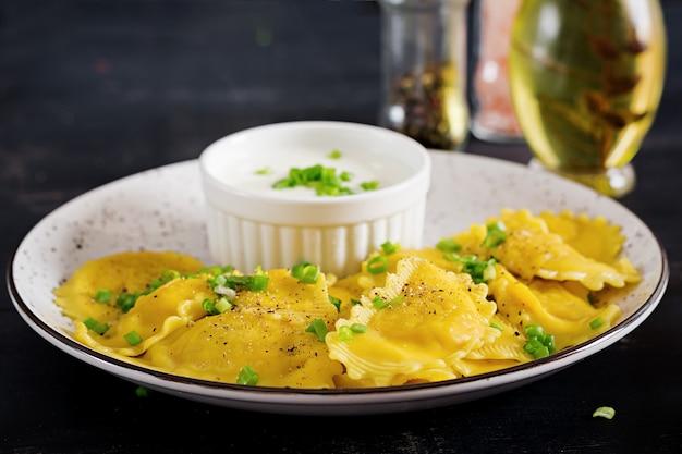 Ravioli com espinafre e queijo ricota.