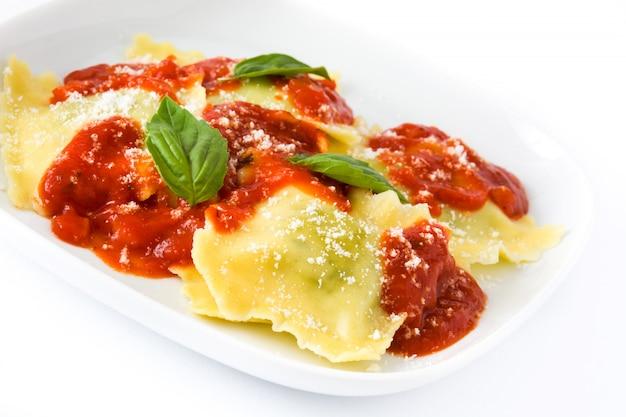 Ravioli com molho de tomate e manjericão isolado