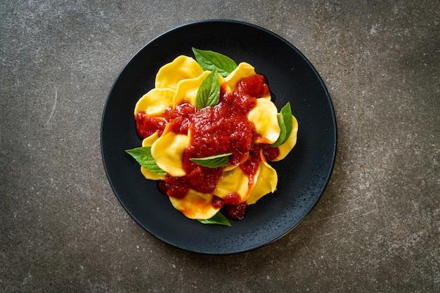 Ravioli com molho de tomate e manjericão