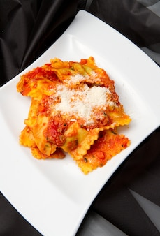 Ravioli com molho de tomate