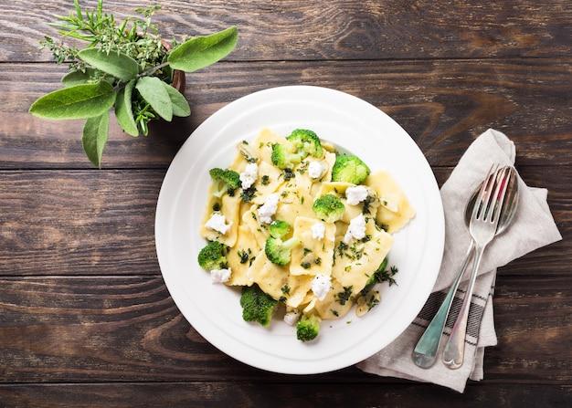 Ravioli com queijo de cabra, brócolis e ervas