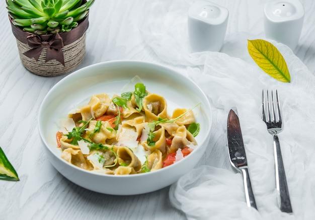 Ravioli com queijo e legumes em cima da mesa