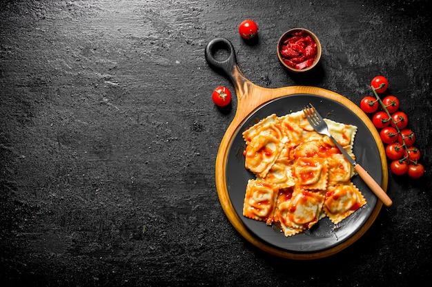 Ravioli com vitela e molho de tomate.
