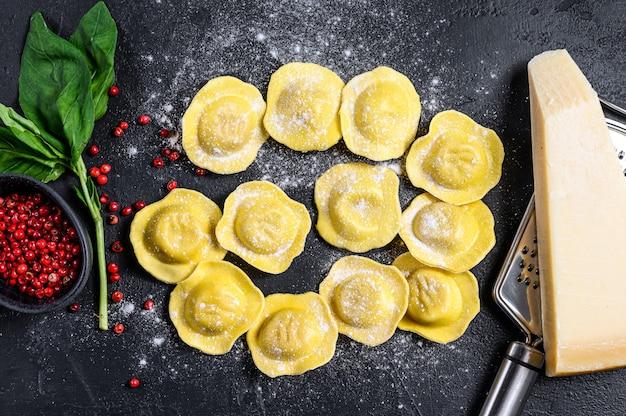 Ravioli cruo processo de fabricação de ravioli italiano caseiro. vista do topo