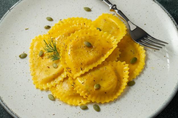 Ravioli de abóbora caseiro com manteiga.