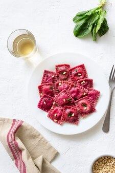 Ravioli de beterraba com queijo ricota, espinafre e nozes. alimentação saudável. comida vegetariana. cozinha italiana.