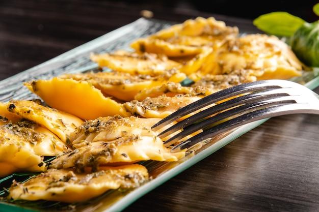 Ravioli de massa recheada italiana com molho pesto