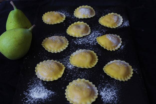 Ravioli de pérola. massa italiana pronta para cozinhar