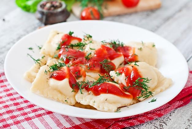 Ravioli delicioso com molho de tomate e endro