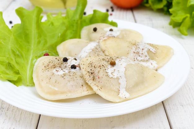 Ravióli italiano (bolinhos) em forma de coração em um prato