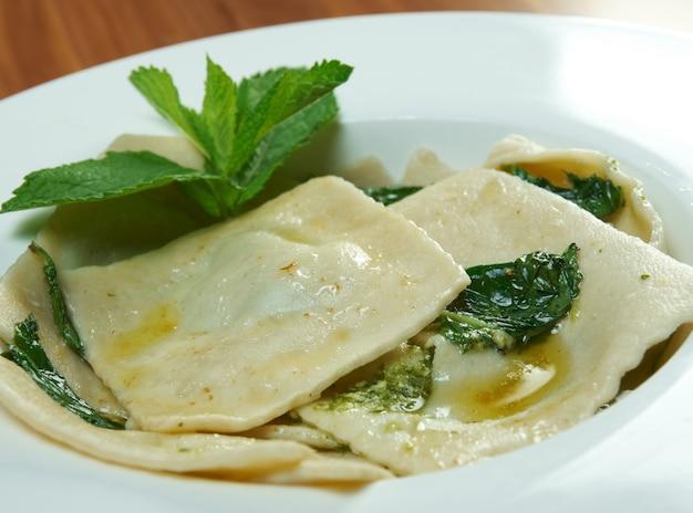 Ravioli italiano com espinafre e queijo