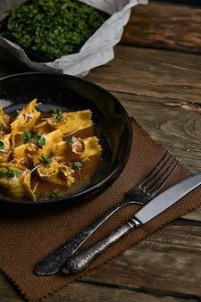 Ravioli italiano recheado com close up de carne em uma placa preta. estilo rústico.