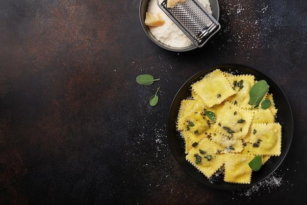 Ravioli italiano tradicional com manteiga, sálvia e queijo