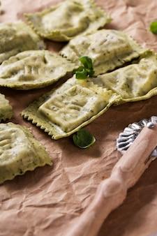 Raviolis feitos à mão com folhas de manjericão