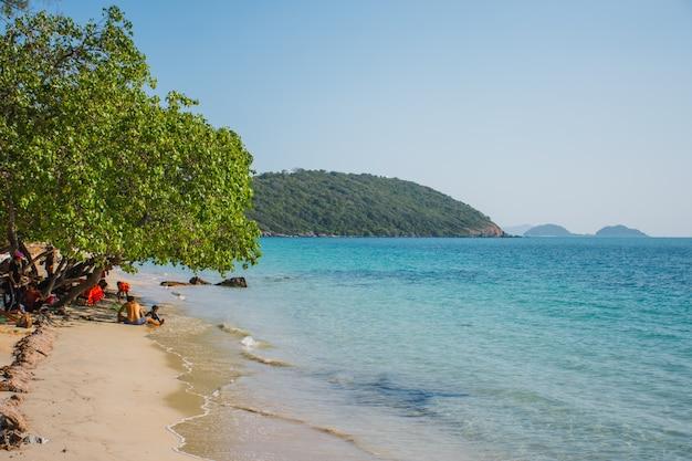 Rayong, tailândia dec 13,2019: os turistas relaxam e nadam na praia de nang khram.