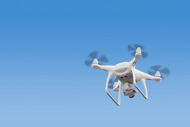 Rc zangão / quadcopter moderno com câmera voando ao nascer do sol.