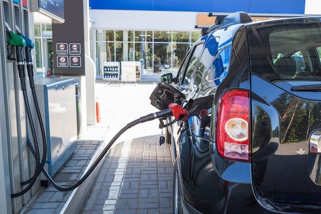 Reabastece o carro no posto de gasolina.