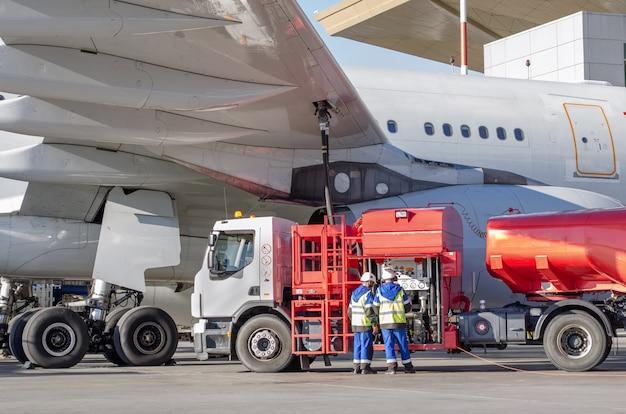Reabastecimento de aeronaves, manutenção de aeronaves no aeroporto.