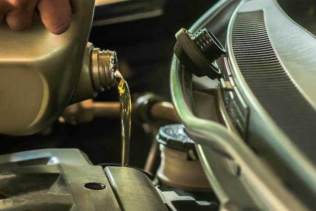 Reabastecimento e derramamento de óleo encha o óleo no motor, manutenção e desempenho.