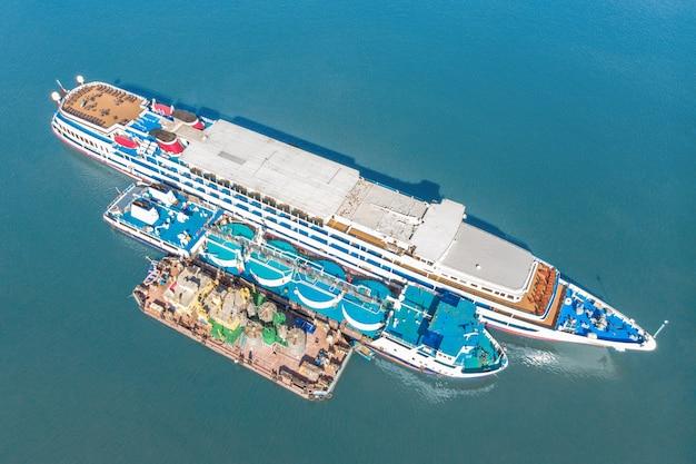 Reabastecimento no mar - os pequenos produtos petrolíferos enviam combustível para um grande navio graneleiro, imagem aérea.