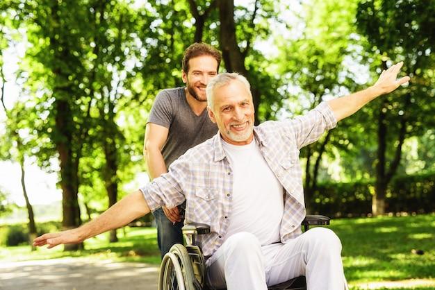 Reabilitação ao ar livre. filho e homem velho se divertir.