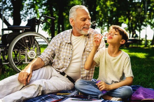 Reabilitação ao ar livre. os caras fazem bolhas de sabão.