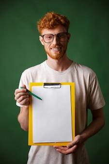 Readhead inteligente barbudo homem de camiseta branca, mostrando a pasta com copyspace