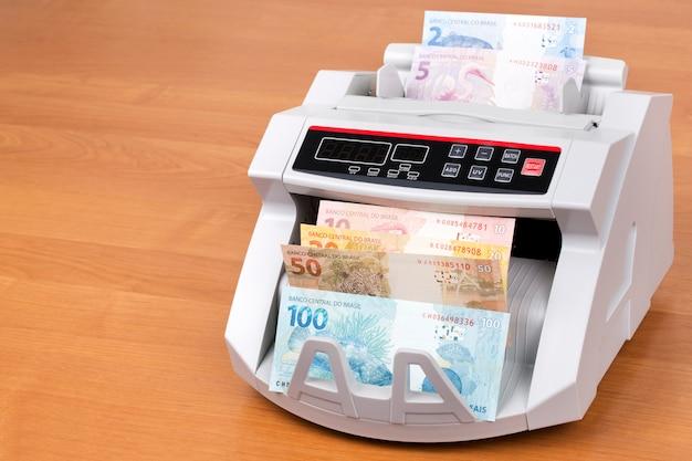 Reais brasileiros em uma máquina de contagem