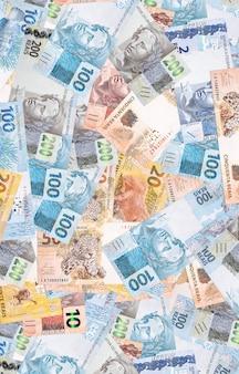 Reais, notas de dinheiro diferentes, 100, 50, 20 e 10 reais. superfície de textura, conceito de economia brasileira