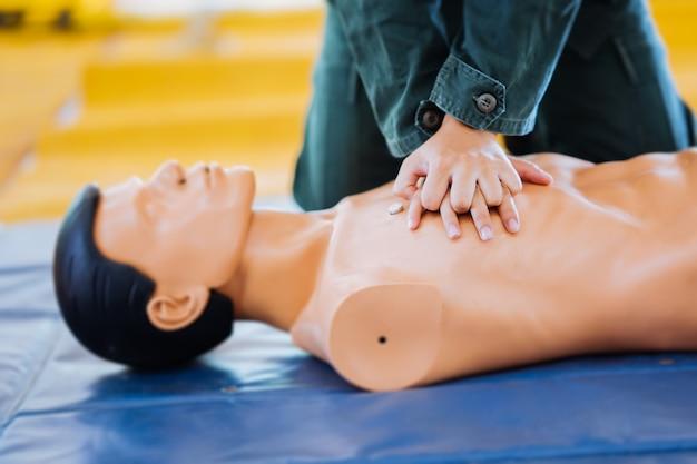 Reanimação cardiopulmonar ou treinamento em rcp.