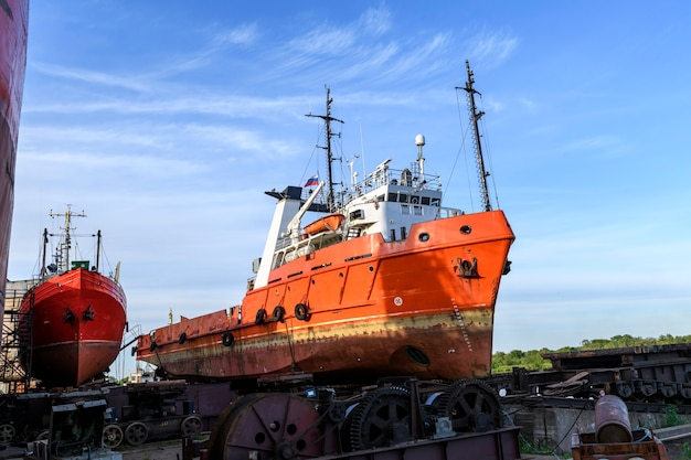 Rebocador em terra no pátio de reparos de navios