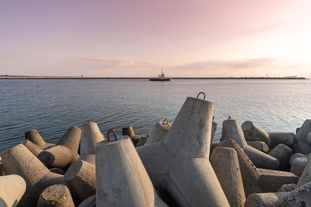 Rebocador navegando no mar para rebocar o navio para o porto