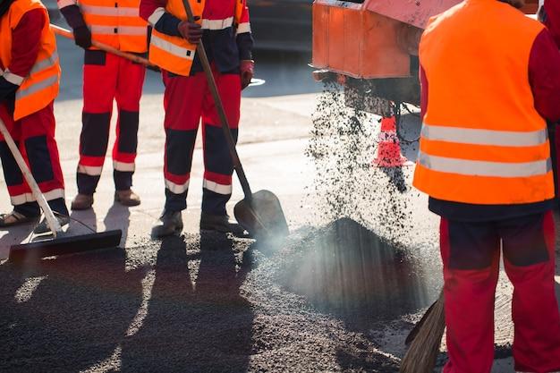 Recapeamento de rua. construção de asfalto fresco. estrada ruim