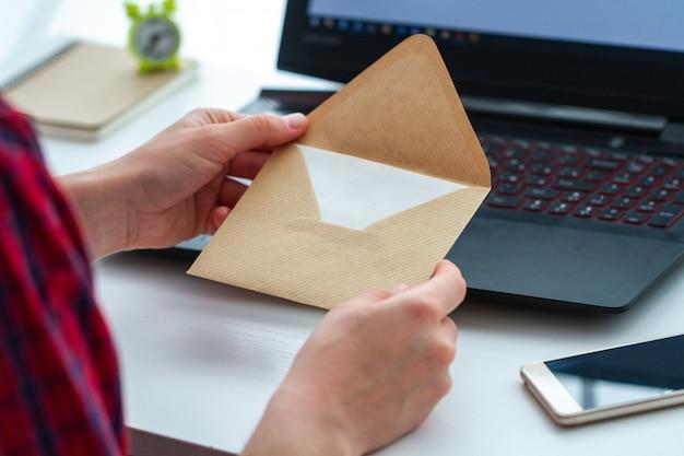 Receba a mensagem escrita e abra o envelope com uma carta. receba e envie correspondência por escrito