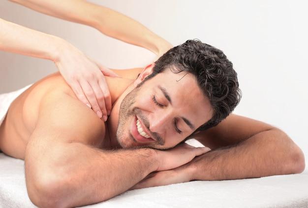 Recebendo uma massagem linda