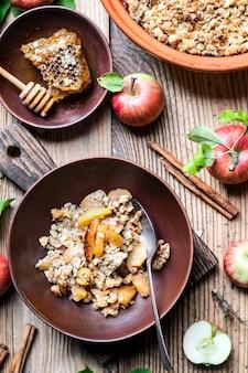 Receita caseira de maçã desintegrada em mesa de madeira plana