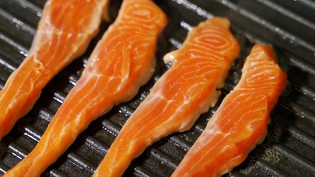 Receita culinária de peixe: pedaço de salmão ou filé de truta fritando na assadeira