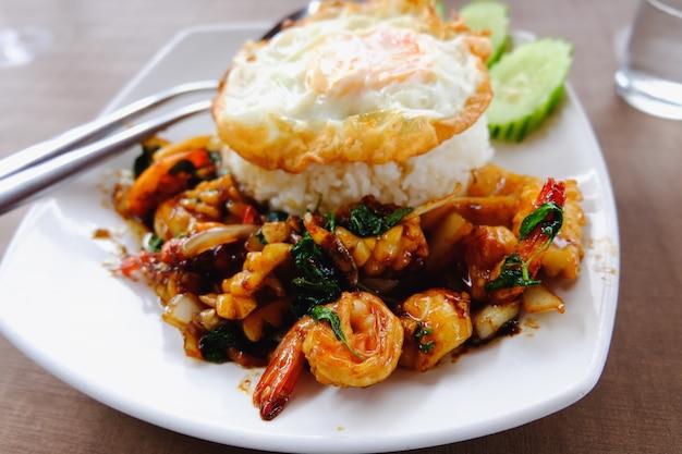 Receita de arroz frito camarão manjericão comida tailandesa picante (krapao goong)