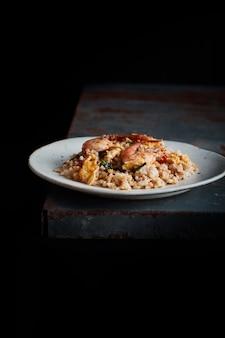 Receita de arroz frito de camarão.