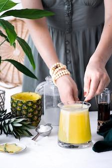 Receita de bebida de abacaxi com xarope de coco e cranberry