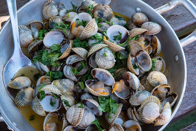 Receita de berbigão com alho e salsa em caçarola de alumínio