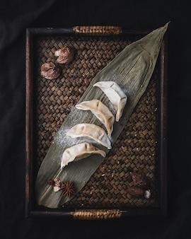 Receita de bolinho caseiro sobre placa de bambu