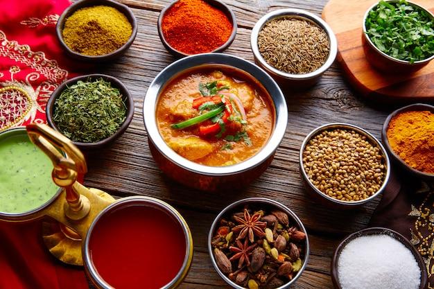 Receita de comida indiana de frango jalfrazy e especiarias