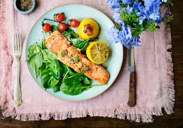 Receita de fotografia de comida de salmão grelhado