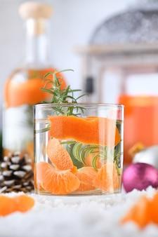 Receita de gim cocktail de natal com clementina, gengibre e alecrim