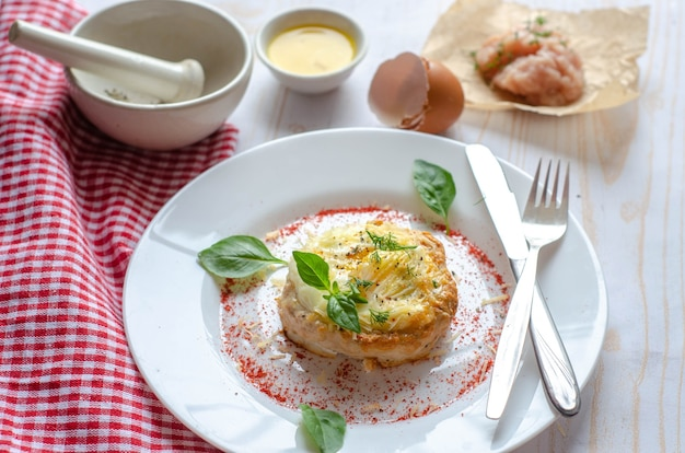 Receita de ninho de pássaro - ninhos de carne, costeleta de carne picada assada recheada com ovos e queijo. comida saudável